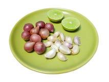 Κόκκινοι κρεμμύδια, σκόρδο και ασβέστης Στοκ φωτογραφίες με δικαίωμα ελεύθερης χρήσης