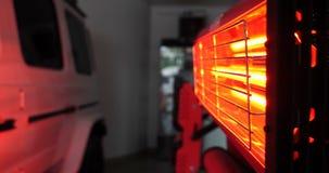Κόκκινοι λαμπτήρες για την ξήρανση της μηχανής μετά από να χρωματίσει ή το σώμα αυτοκινήτων κεραμικής απόθεμα βίντεο