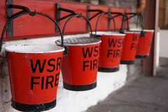 Κόκκινοι & μαύροι κάδοι πυρκαγιάς στοκ εικόνα