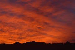 Κόκκινοι ουρανοί στο λυκόφως με τα σύννεφα που καίγονται crimsom φιλμ μικρού μήκους