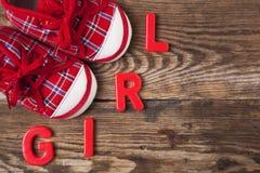 Κόκκινοι παπούτσια και ειρηνιστής μωρών στοκ εικόνα
