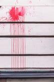 Κόκκινοι παφλασμοί μελανιού σε έναν τοίχο Στοκ Εικόνες