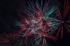 Κόκκινοι, ρόδινοι, πράσινοι και μπλε σπινθήρες των πυροτεχνημάτων στον ουρανό Στοκ Εικόνες