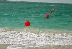 Κόκκινοι σημαντήρες στο νερό στοκ φωτογραφίες