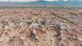 Κόκκινοι σχηματισμοί βράχου του βλαστού Dron Arial παραμυθιού Skazka απόθεμα βίντεο