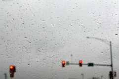 Κόκκινοι φωτεινοί σηματοδότες στη βροχή. στοκ εικόνα
