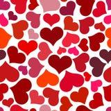 κόκκινος άνευ ραφής προτύπ& Στροβιλιμένος κόκκινες καρδιές σε ένα άσπρο υπόβαθρο Στοκ Φωτογραφία