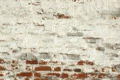 Κόκκινος άσπρος αναδρομικός χρωματισμένος τούβλο τοίχος με το χαλασμένο ασβεστοκονίαμα Στοκ φωτογραφία με δικαίωμα ελεύθερης χρήσης