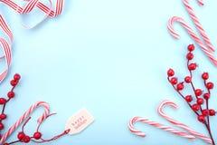 Κόκκινος, άσπρος και χλωμός - μπλε υπόβαθρο Χριστουγέννων Στοκ Φωτογραφία