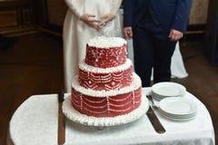 Κόκκινος-άσπρο κέικ σε έναν πίνακα Στοκ Εικόνες