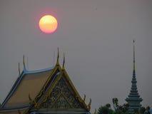 Κόκκινος ήλιος στο βουδιστικό ναό Στοκ Φωτογραφία