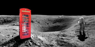 Κόκκινος αγγλικός τηλεφωνικός θάλαμος του Λονδίνου στην επιφάνεια του φεγγαριού Στοκ Φωτογραφία