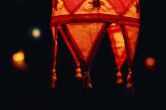 Κόκκινος λαμπτήρας σκιών σε ένα σκοτεινό υπόβαθρο σε Goa Στοκ φωτογραφία με δικαίωμα ελεύθερης χρήσης