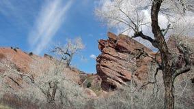 Κόκκινος απότομος βράχος βράχων με το υπόβαθρο μπλε ουρανού στοκ εικόνες