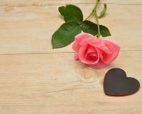 κόκκινος αυξήθηκε Ένας ρόδινος αυξήθηκε και μια μαύρη καρδιά Στοκ φωτογραφίες με δικαίωμα ελεύθερης χρήσης