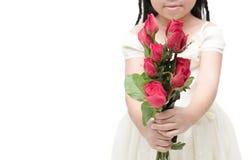 Κόκκινος αυξήθηκε ανθοδέσμη σε λίγο κορίτσι χεριών που απομονώθηκε Στοκ φωτογραφίες με δικαίωμα ελεύθερης χρήσης