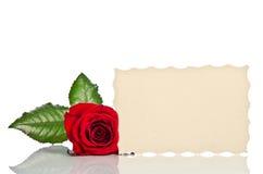 Κόκκινος αυξήθηκε και κάρτα δώρων για το κείμενο Στοκ Φωτογραφία