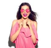 κόκκινος αυξήθηκε Κορίτσι ομορφιάς με τα διαμορφωμένα καρδιά μπισκότα βαλεντίνων στα χέρια της στοκ φωτογραφίες με δικαίωμα ελεύθερης χρήσης
