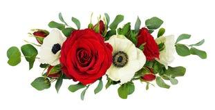 Κόκκινος αυξήθηκε, λουλούδια anemone και φύλλα ευκαλύπτων σε μια γραμμή arrang Στοκ Εικόνα