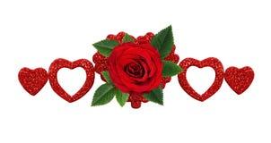 Κόκκινος αυξήθηκε λουλούδι και ακτινοβολεί καρδιές Στοκ Εικόνες