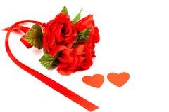 Κόκκινος αυξήθηκε λουλούδι και κόκκινο σημάδι καρδιών Στοκ εικόνα με δικαίωμα ελεύθερης χρήσης