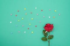 Κόκκινος αυξήθηκε με ακτινοβολεί καρδιές στο υπόβαθρο Πράσινης Βίβλου Στοκ φωτογραφία με δικαίωμα ελεύθερης χρήσης
