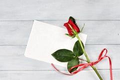 Κόκκινος αυξήθηκε με την κενή κάρτα Στοκ Φωτογραφία