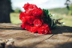 κόκκινος αυξήθηκε λουλούδια, δαχτυλίδια και γαμήλιο ντεκόρ ρομαντικό DIN Στοκ Εικόνες