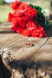 κόκκινος αυξήθηκε λουλούδια, δαχτυλίδια και γαμήλιο ντεκόρ ρομαντικό DIN Στοκ φωτογραφίες με δικαίωμα ελεύθερης χρήσης