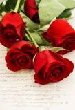 Κόκκινος αυξήθηκε λουλούδια και παλαιές επιστολές αγάπης Στοκ Φωτογραφία