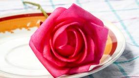Κόκκινος αυξήθηκε λουλούδι στο πιάτο τσαγιού Στοκ Φωτογραφίες