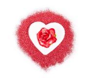 Κόκκινος αυξήθηκε στην κόκκινη καρδιά ακτινοβολεί Στοκ εικόνες με δικαίωμα ελεύθερης χρήσης