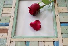Κόκκινος αυξήθηκε στο γυαλί και ξύλινος Στοκ φωτογραφία με δικαίωμα ελεύθερης χρήσης