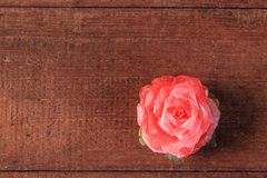 Κόκκινος αυξήθηκε στο ξύλινο υπόβαθρο Στοκ φωτογραφία με δικαίωμα ελεύθερης χρήσης
