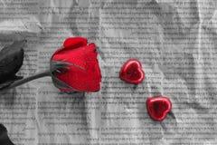 Κόκκινος αυξήθηκε & τέχνη καρδιών βαλεντίνος μορφής αγάπης καρδιών καρτών Στοκ φωτογραφία με δικαίωμα ελεύθερης χρήσης