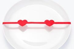 κόκκινος βαλεντίνος του ST κορδελλών πιάτων Στοκ Φωτογραφία
