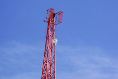 Κόκκινος βιομηχανικός γερανός κατασκευής ενάντια στο μπλε ουρανό Στοκ Εικόνες