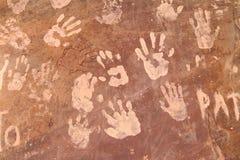 Κόκκινος βράχος με τις τυπωμένες ύλες χεριών λάσπης Στοκ Εικόνες