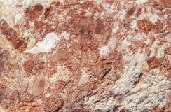 Κόκκινος βράχος μορφής σύστασης στενός που βρίσκεται στην ακτή στη θερινή ημέρα Στοκ Φωτογραφία