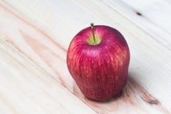Κόκκινος βλαστός κινηματογραφήσεων σε πρώτο πλάνο της Apple Στοκ Φωτογραφία