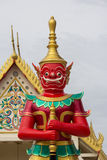 Κόκκινος γίγαντας στον ταϊλανδικό ναό Στοκ Εικόνες