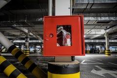 Κόκκινος γερανός πυρκαγιάς στον υπόγειο χώρο στάθμευσης στοκ εικόνα