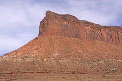 Κόκκινος γκρεμός βράχου στην έρημο στοκ εικόνα