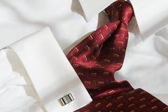 κόκκινος δεσμός πουκάμισων συνδέσεων μανσετών Στοκ Φωτογραφία