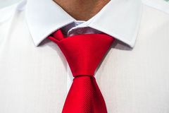 Κόκκινος δεσμός σε ένα άσπρο πουκάμισο στοκ φωτογραφίες με δικαίωμα ελεύθερης χρήσης