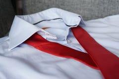 Κόκκινος δεσμός στο μπλε πουκάμισο στοκ φωτογραφίες