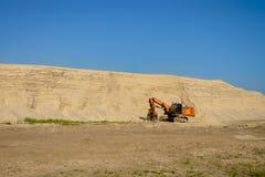 Κόκκινος εκσκαφέας στο λατομείο άμμου Στοκ Εικόνες