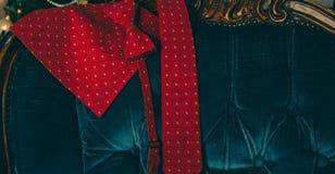 Κόκκινος δεσμός τόξων και neack δεσμός στο ξύλινο κιβώτιο Στοκ Φωτογραφία