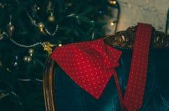 Κόκκινος δεσμός τόξων σημείων Πόλκα και δεσμός λαιμών στο ξύλινο παρόν κιβώτιο Στοκ Εικόνα