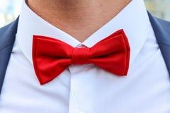 Κόκκινος δεσμός τόξων στο άσπρο πουκάμισο Στοκ Εικόνα